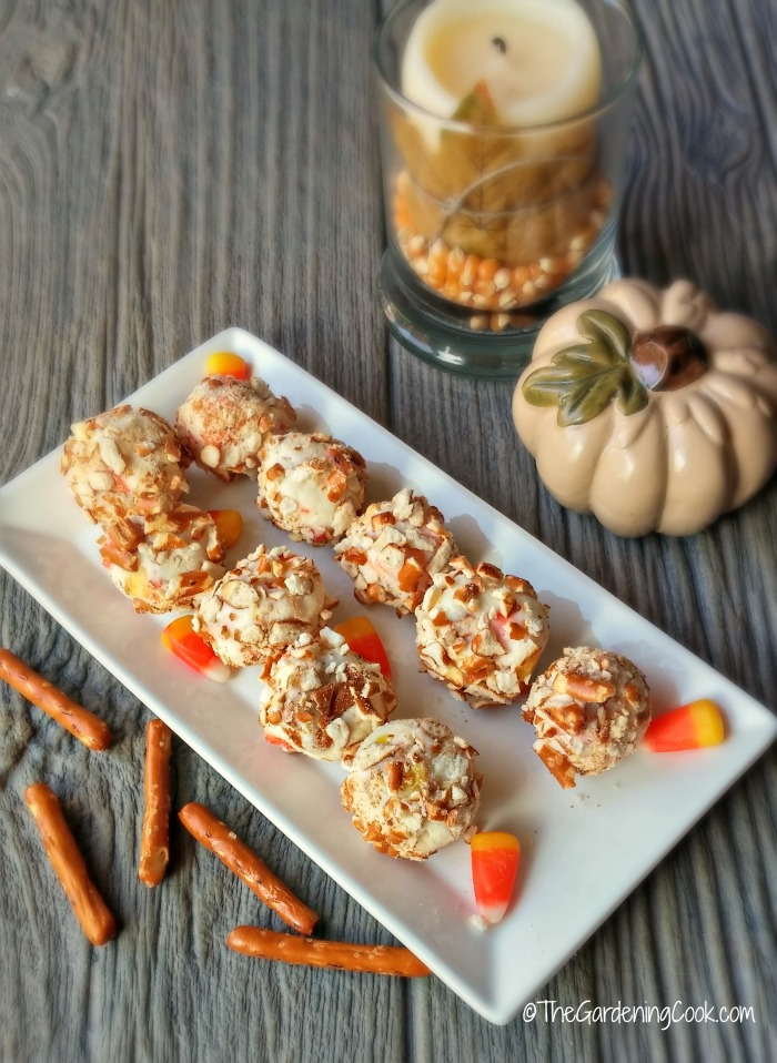 Candy corn pretzel balls make a super Halloween treat #candycorn