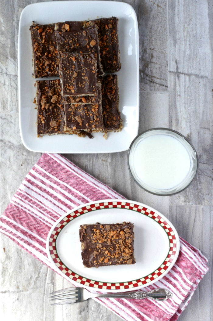 These Butterfinger oatmeal bars use just 6 ingredents and are made in just minutes.