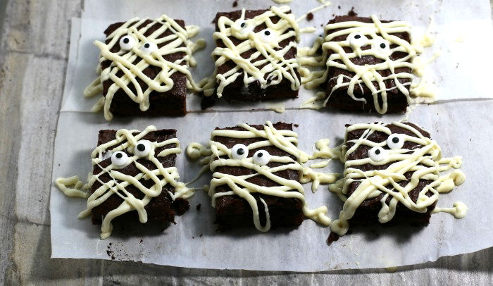 Decorating mummy brownies